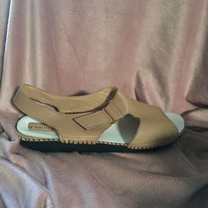 NEW Naturalizer Tan Sandal 10 WIDE